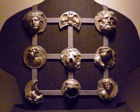 1024px-Lauersforter_Phalerae_Museum_Burg_Linn